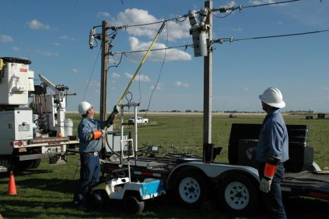 Mountain View linemen demonstrate high-voltage power line safety.